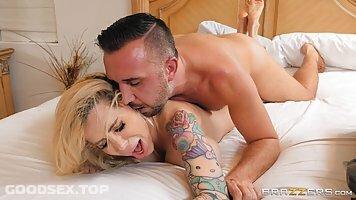 Kuum blond milf, Danielle Derek on saada nikutud väga sügav, selle asemel, et saada massaaž